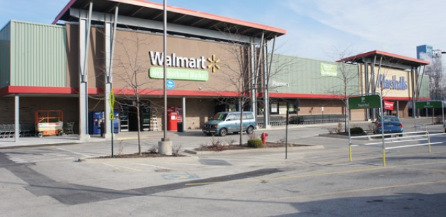 Wal-Mart opens new Chicago store to mixed reaction