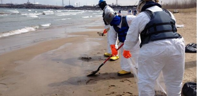 BP contains oil spill in Lake Michigan, begins cleanup