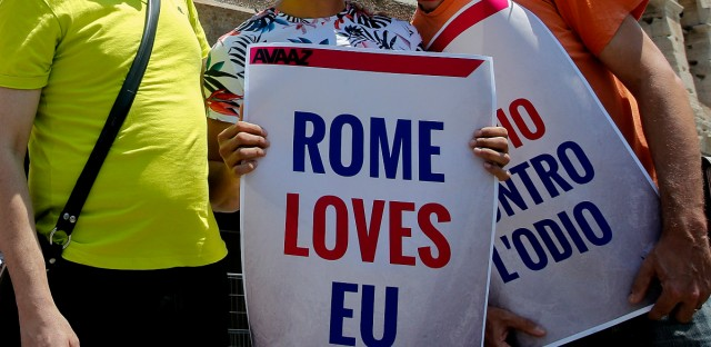"""Campaigners kiss and hug during a gathering, in front of Rome's ancient Colosseum, Sunday, June 19, 2016. With the """"Anglo-European kiss-in"""" Britons and Europeans attempted to show love between Britain and Europe by kissing."""