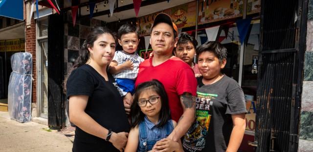 De izquierda a derecha, Erika, Abraham, Eduardo, Rosa y Jonathan frente a la taquería de su padre en el Sur de Chicago el Lunes 1 de Julio de 2019.