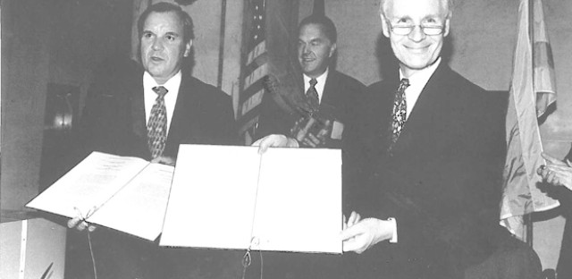 Mayor Richard M. Daley and Hamburg, Germany Mayor Dr. Henning Voscherau sign a sister cities partnership in 1994.