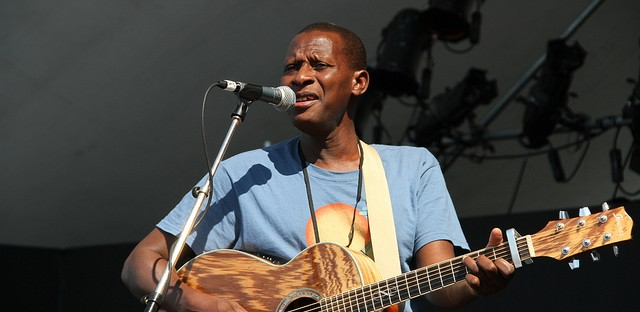 Sidi Touré soundchecking in Vancouver in 2012.
