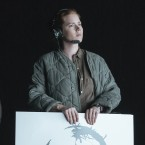Jeremy Renner as Ian Donnelly and Amy Adams as Louise Banks in the film Arrival.