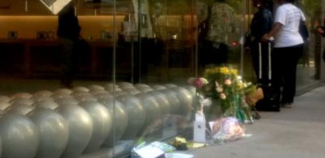 Memorial goes up in front of Chicago Apple store
