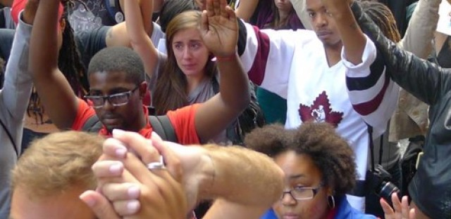 Chicago activists gather for moment of silence for Ferguson