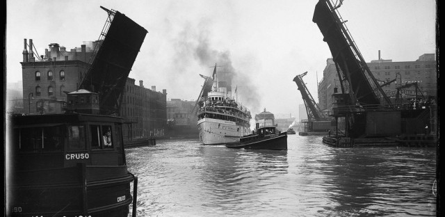 The excursion boat Theodore Roosevelt heads east under the State Street bridge in 1910.