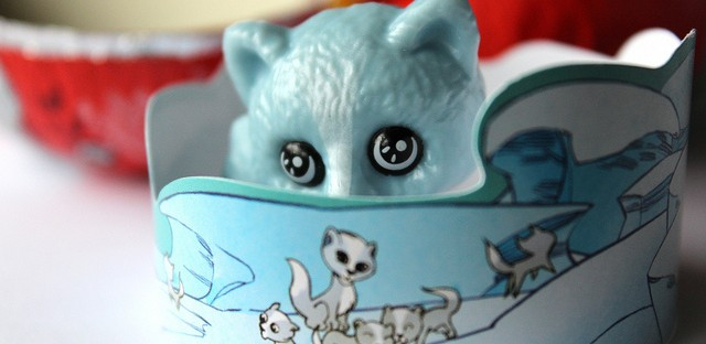 Kinder Surprise chocolate egg toy: blue arctic fox with crown