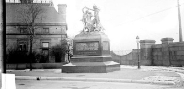 The monument at its original site, 1911