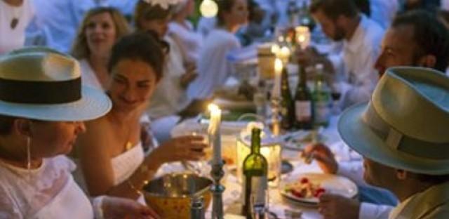Diner en Blanc, EU migration and today's Greek music