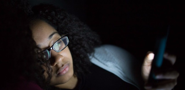 Gazing at a smartphone in the dark can give people the feeling that they've temporarily lost vision in one eye.